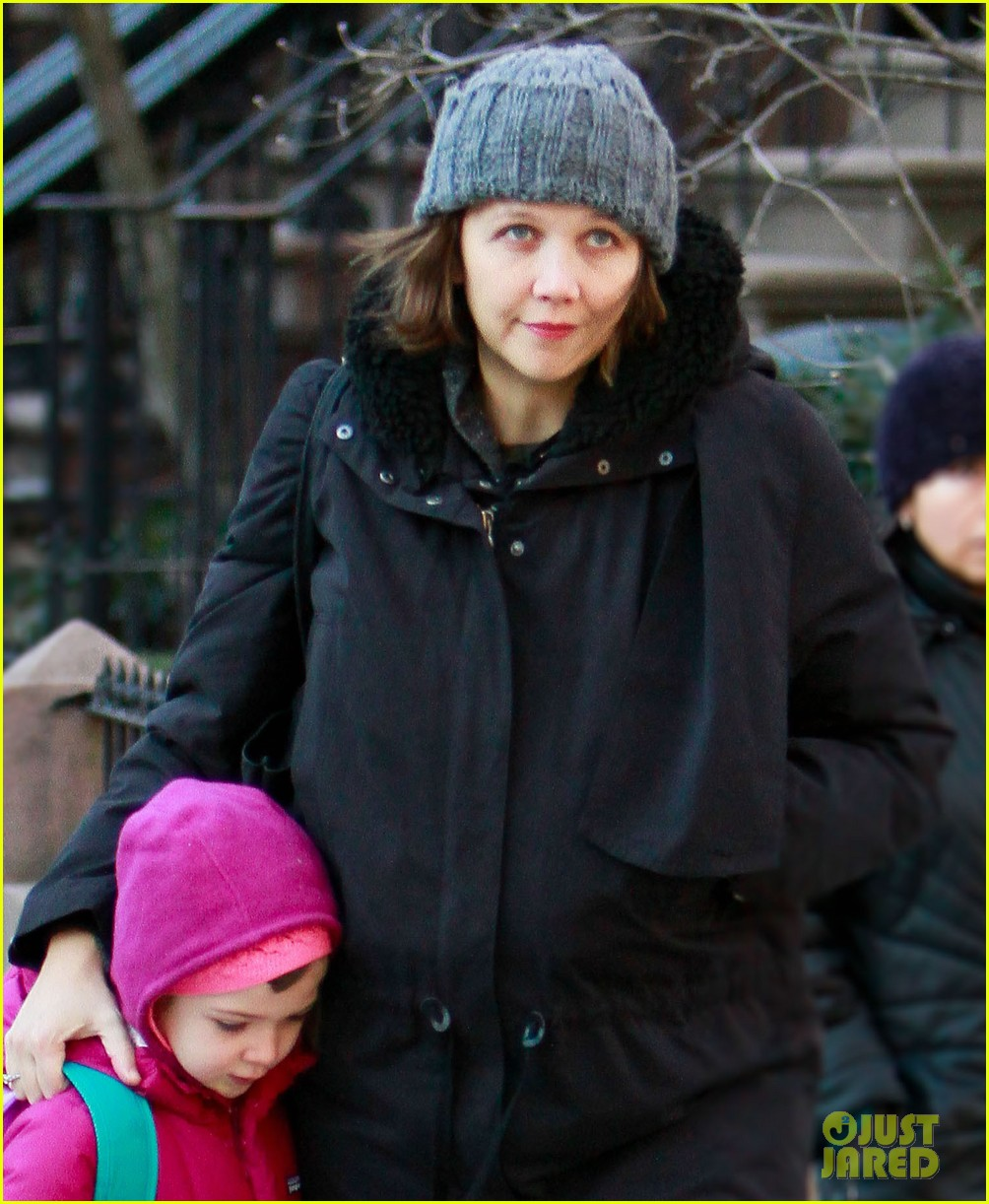 maggie gyllenhaal walks with ramona 022625010