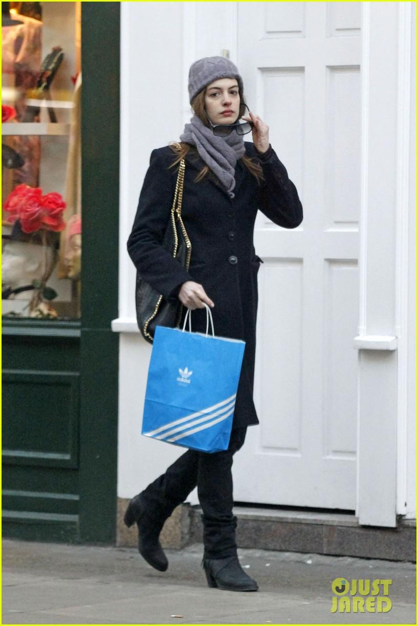 anne hathaway shopping adidas 03