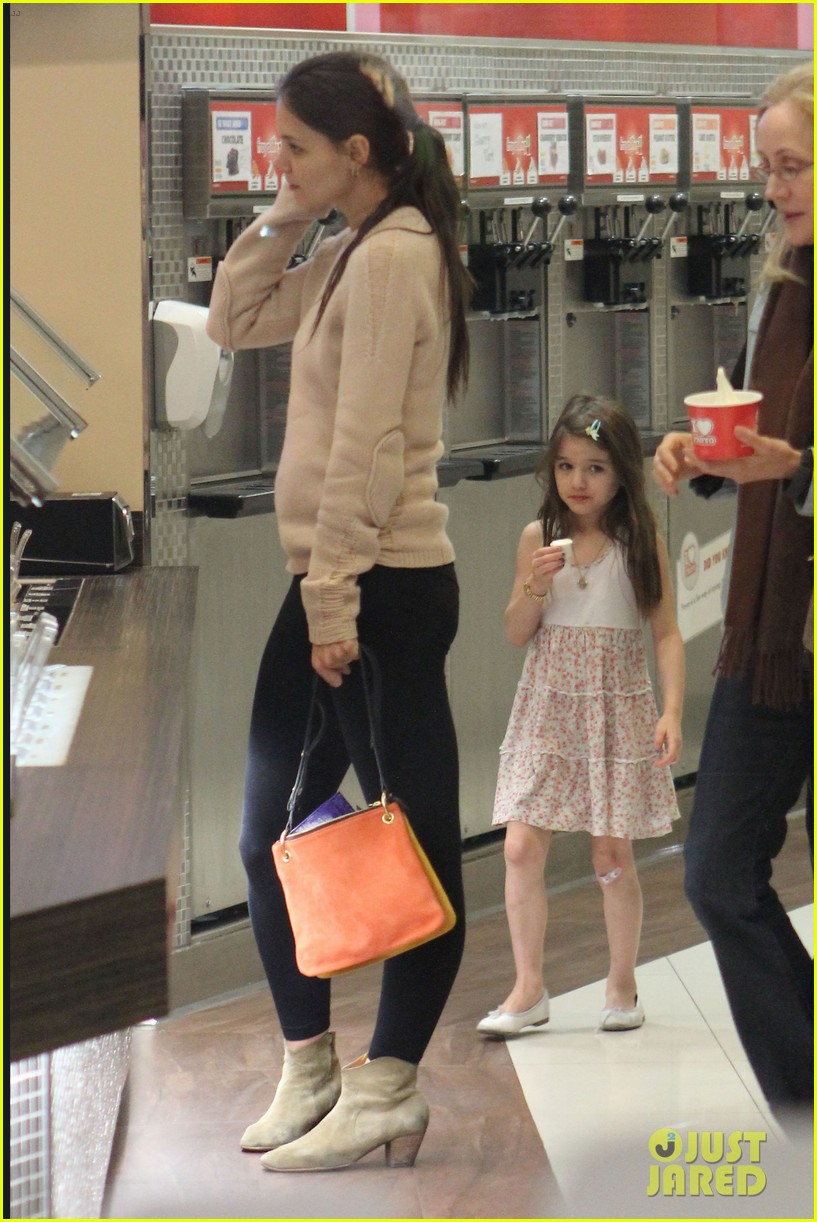 katie holmes froyo fun with suri 08