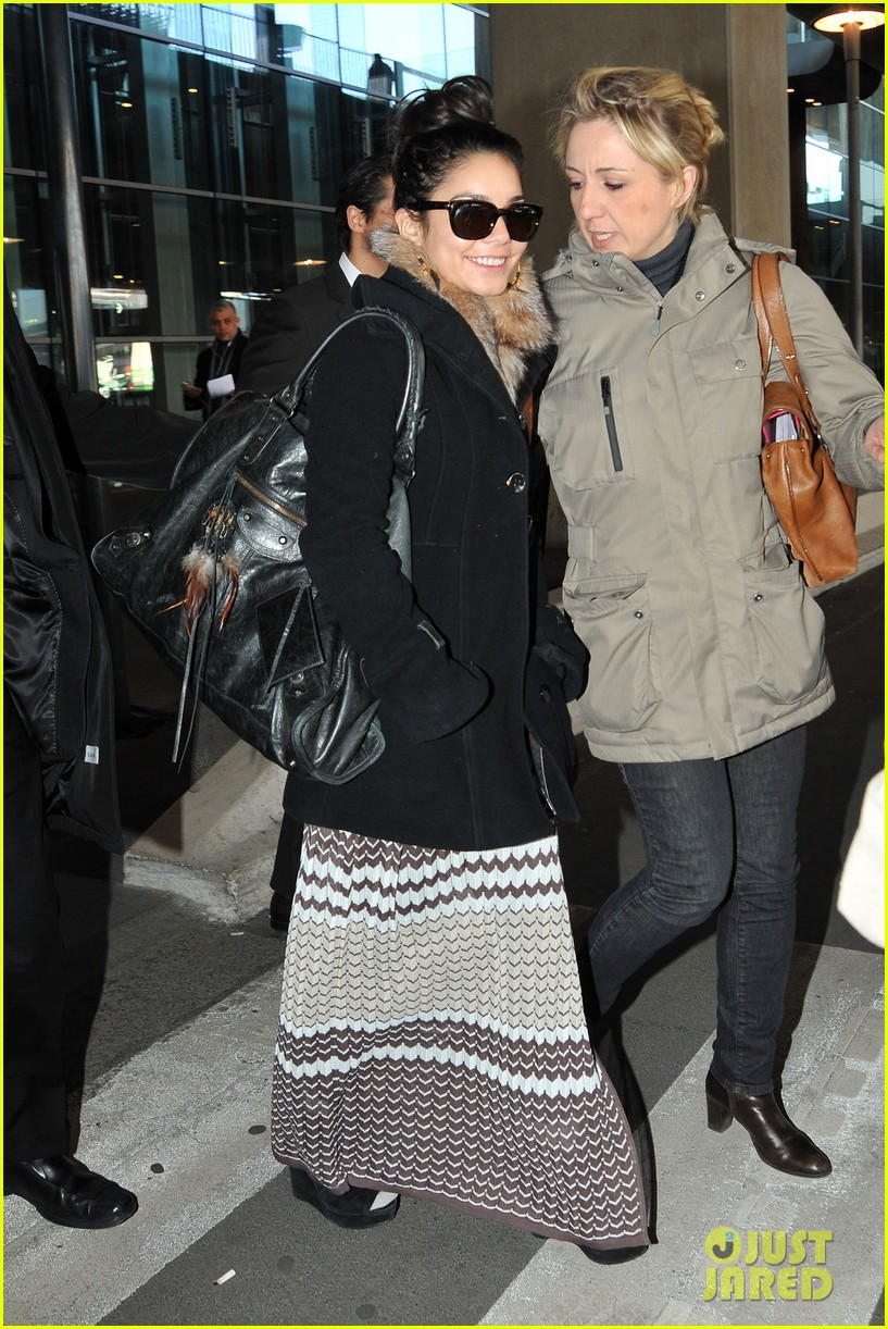vanessa hudgens paris airport 03