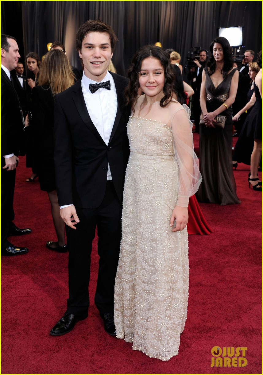 sarah hyland nick krause oscars 2012 red carpet 102633615