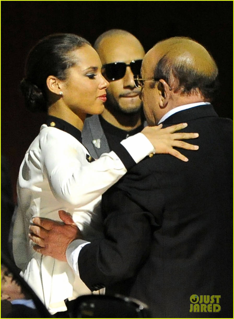 alicia keys consoles kclive davis following whitney houstons death 01
