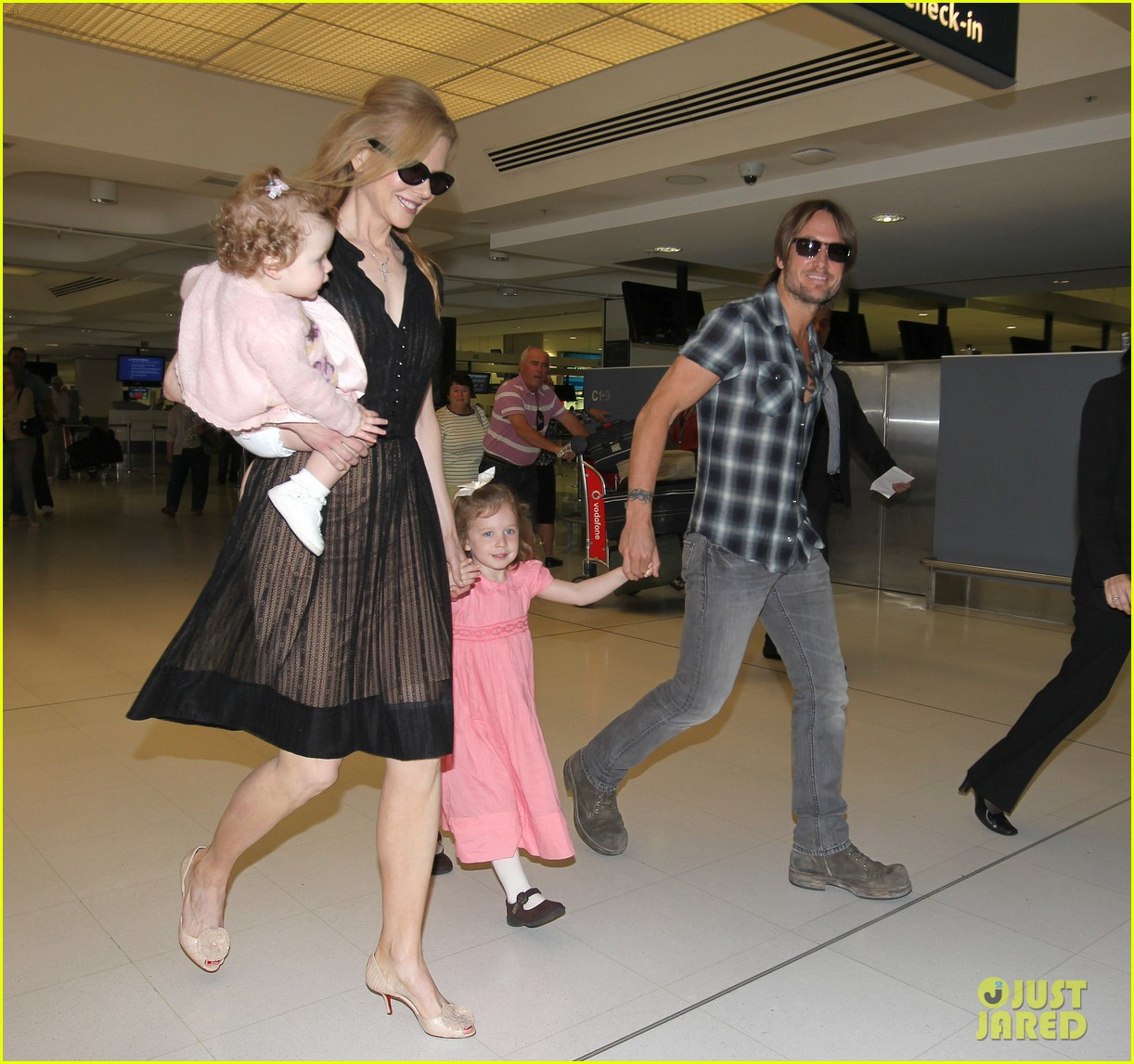 nicole kidman keith urban kids sydney airport 03