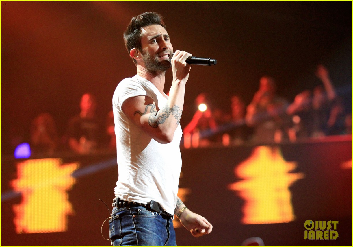 adam levine super bowl fan jam with gym class heroes 02