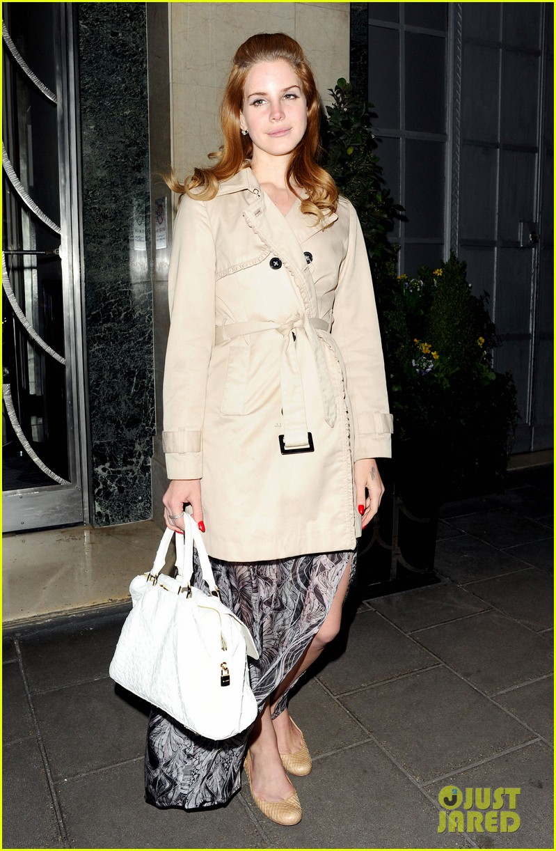 lana del rey london fashion week 01