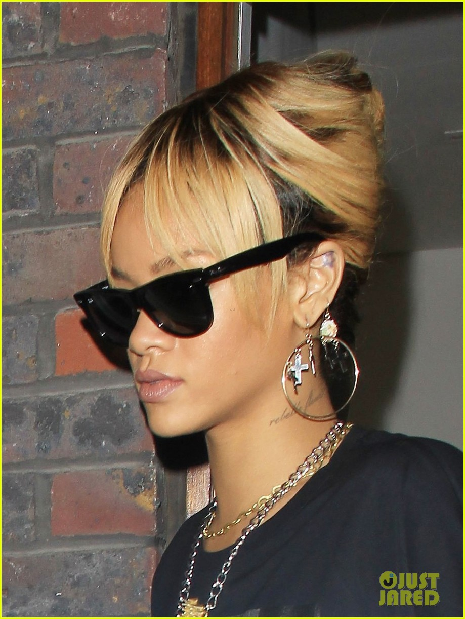 rihanna london cast binder 022632226