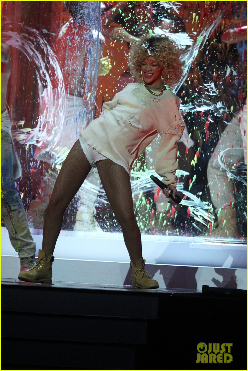 rihanna brit awards performance 15