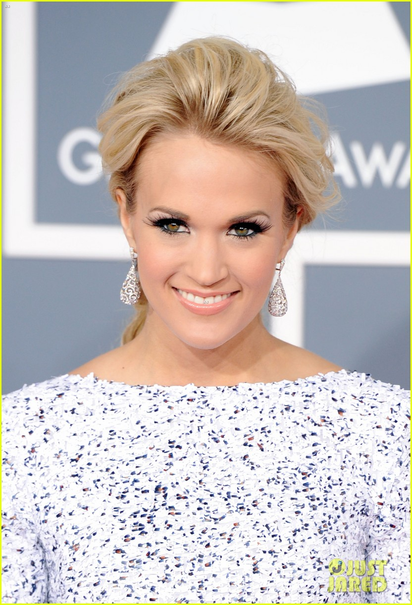 carrie underwood grammys 2012 red carpet 03