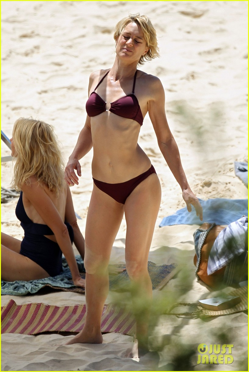 naomi watts beach filming 01
