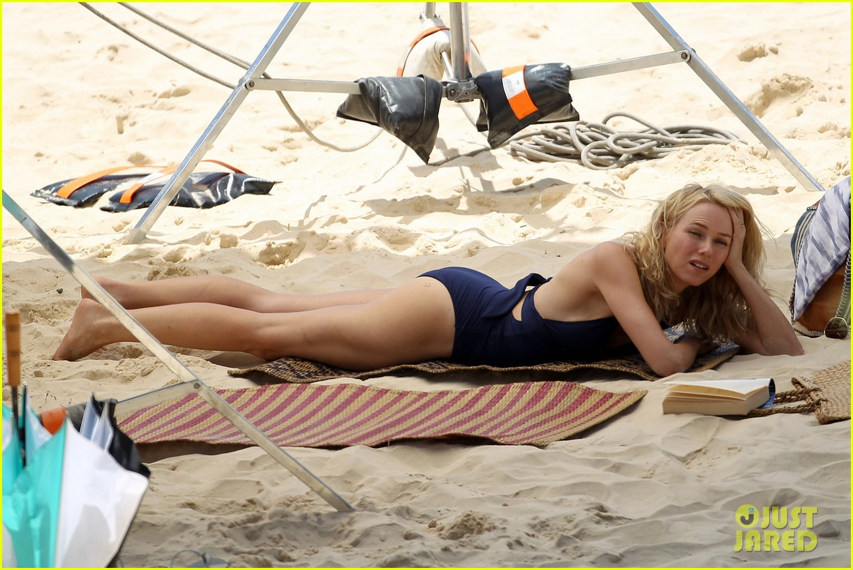 naomi watts beach filming 05