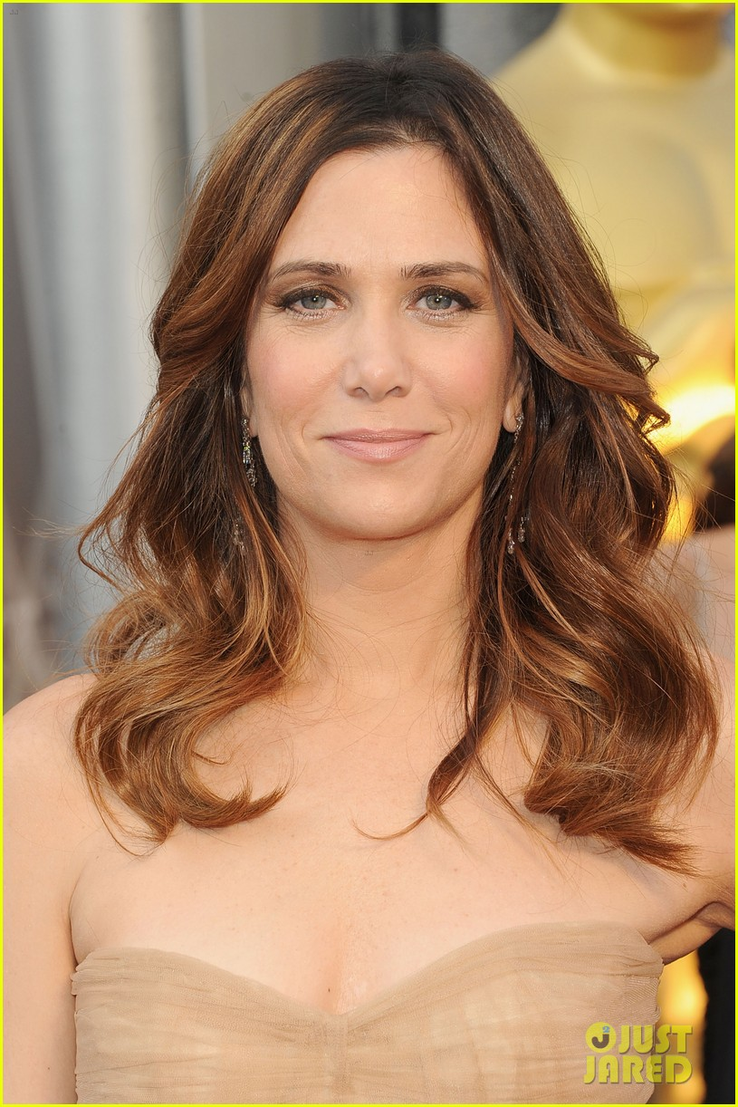 kristen wiig 2012 oscars red carpet 01