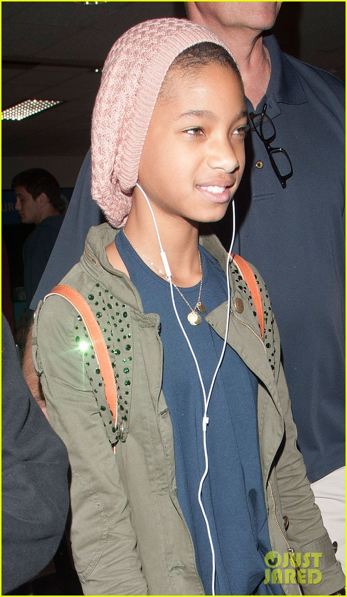 willow smith shaved head airport beanie 04