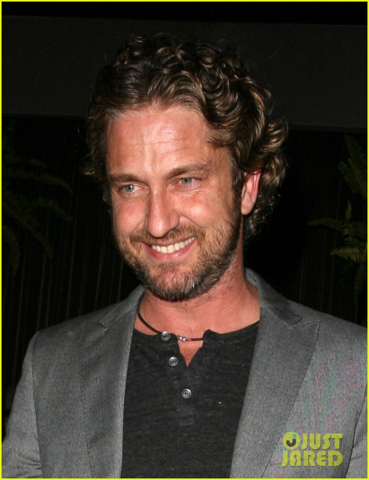 gerard butler nightclub smile 01