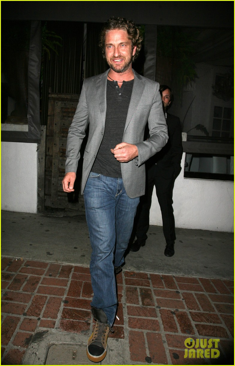 gerard butler nightclub smile 04