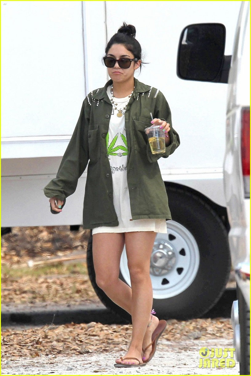 vanessa hudgens drink spring breakers 02