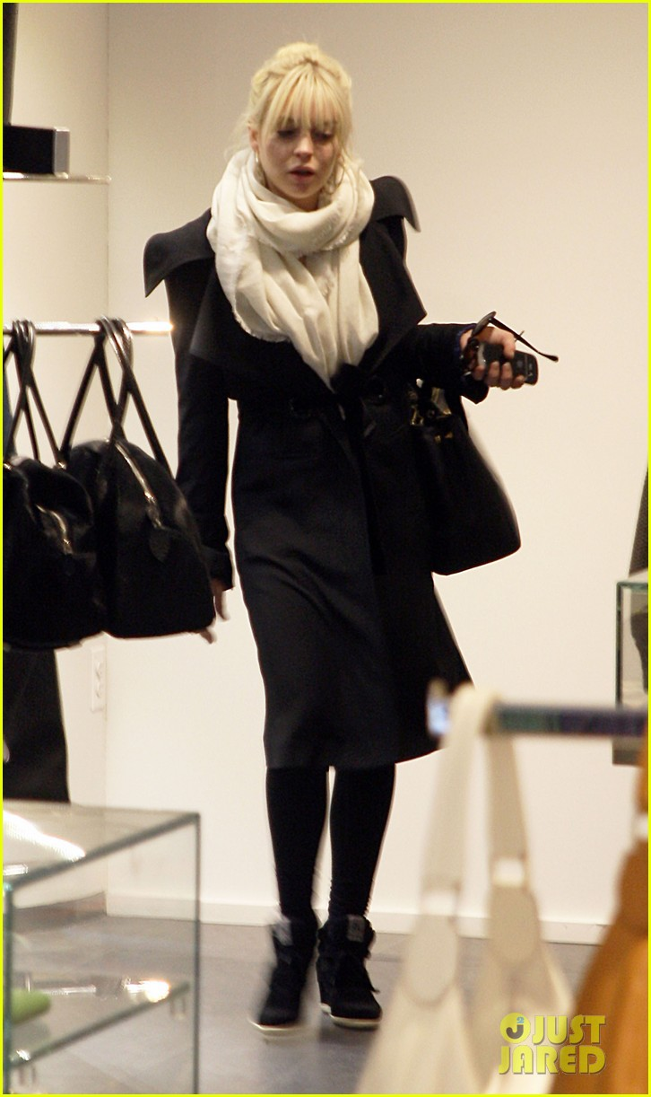 lindsay lohan shops after snl 02