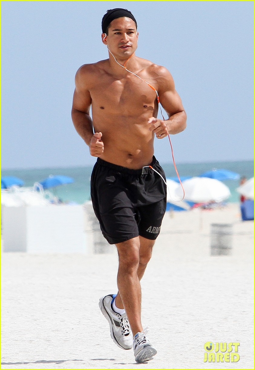 mario lopez shirtless miami beach jog 01