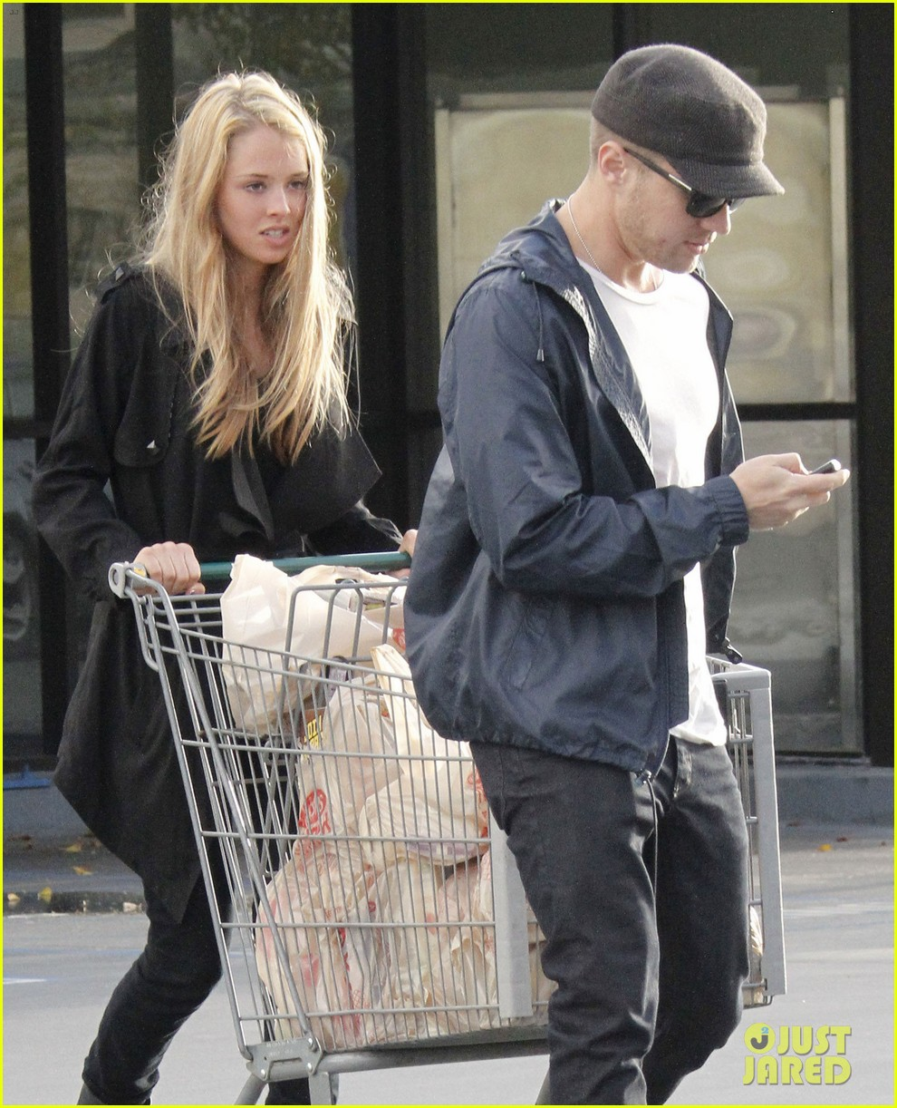 ryan phillippe grocery shopping with a mystery gal 02