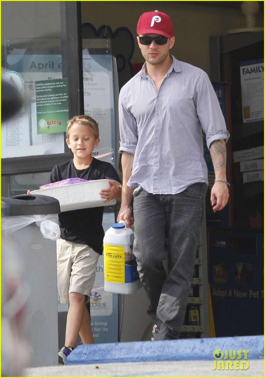 ryan phillippe petco stop with deacon 06