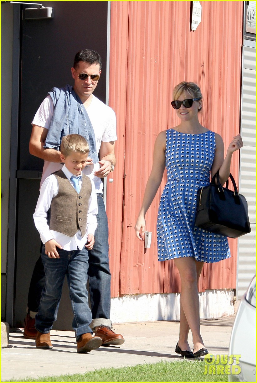reese witherspoon family church outing 03