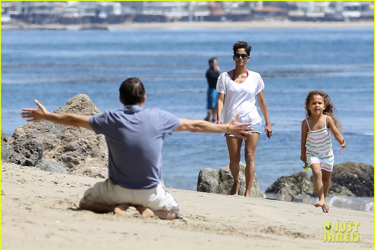 halle berry olivier martinez malibu beach time with nahla 092646510