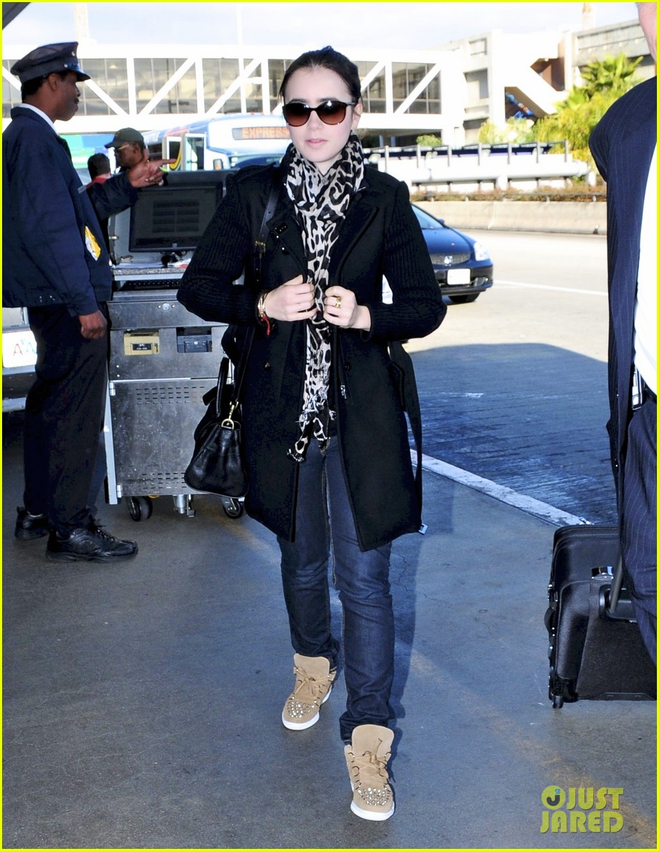 lily collins catches flight 012647998