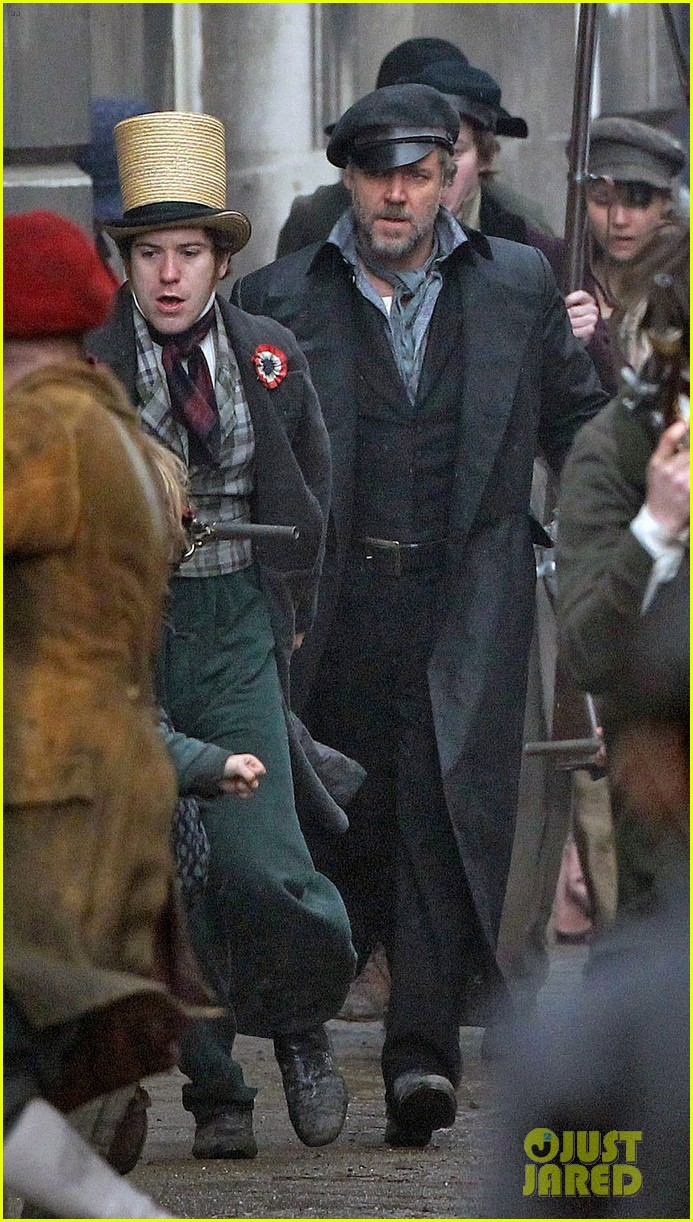russell crowe eddie redmayne les miserables men 03