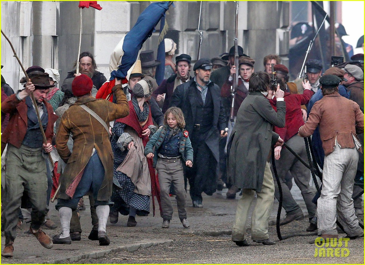russell crowe eddie redmayne les miserables men 04