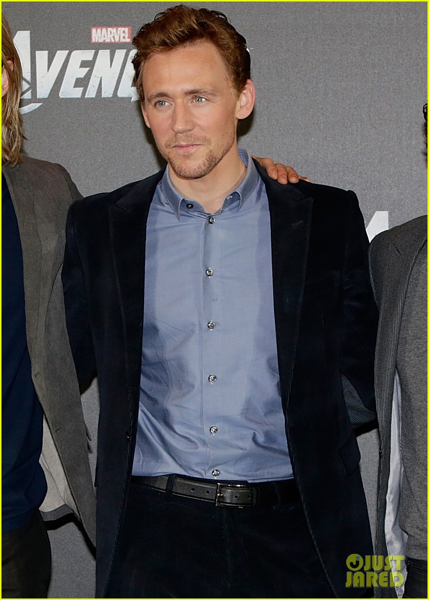 chris hemsworth tom hiddleston avengers berlin photo call 04