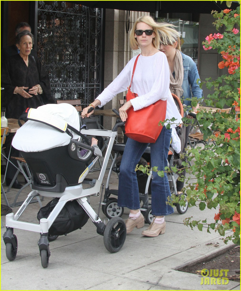 january jones lunch with baby xander 07