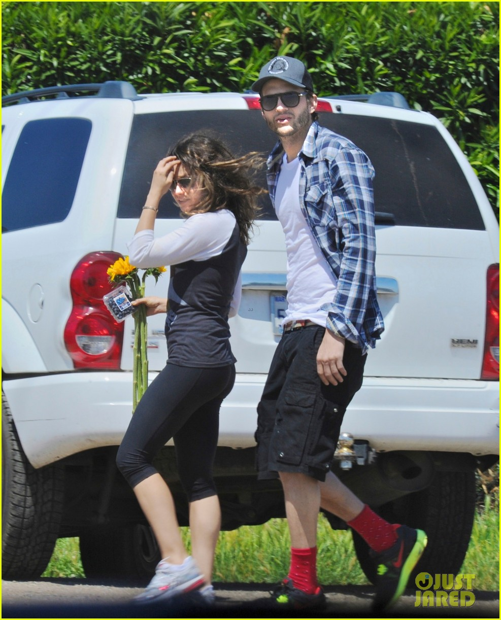 ashton kutcher mila kunis weekend getaway 02.