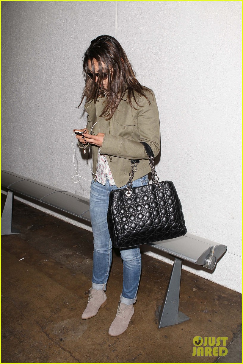 mila kunis landing at lax 04
