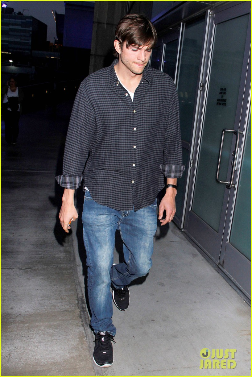 ashton kutcher cheers on the lakers 102644952