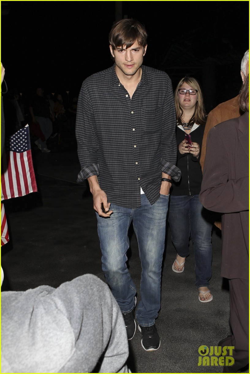 ashton kutcher cheers on the lakers 11