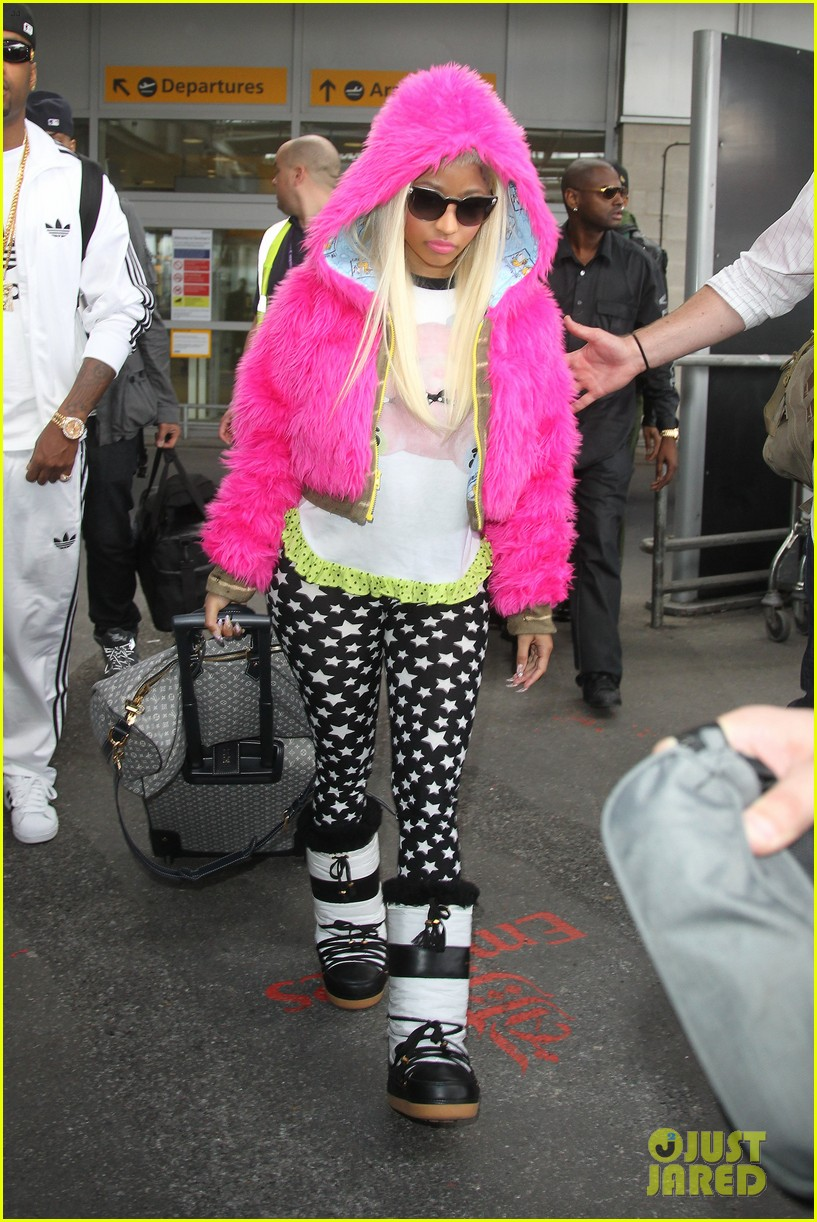 nicki minaj hot pink fur coat 012650159