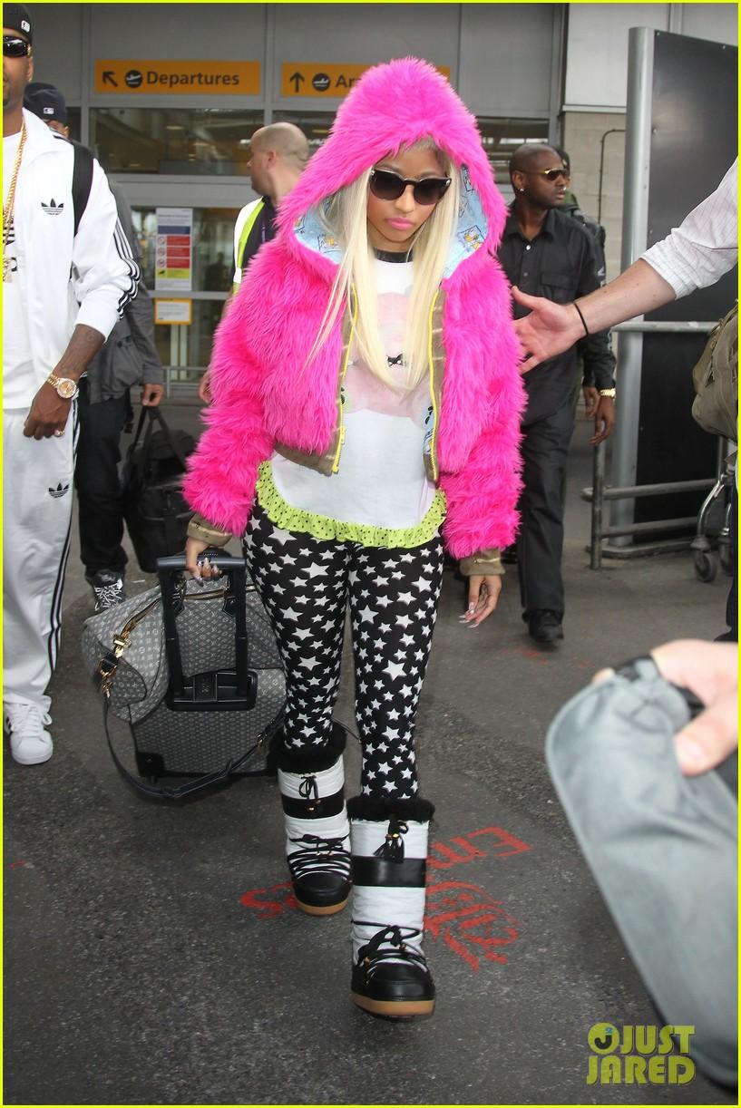 nicki minaj hot pink fur coat 01