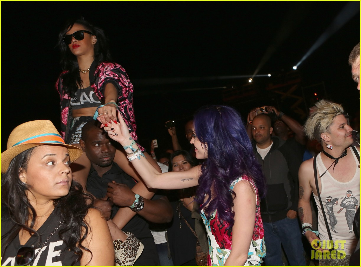 katy perry holding hands robert ackroyd 06