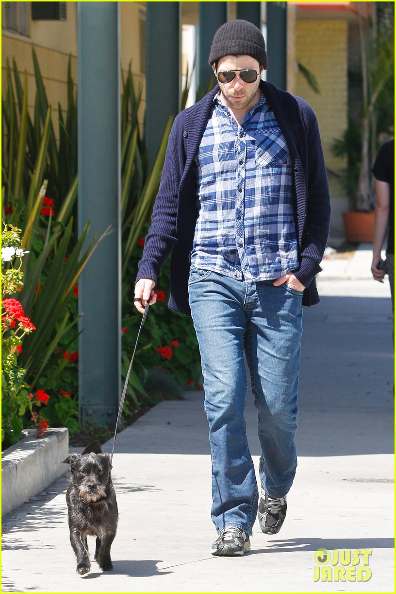 zachary quinto doggie errands 05