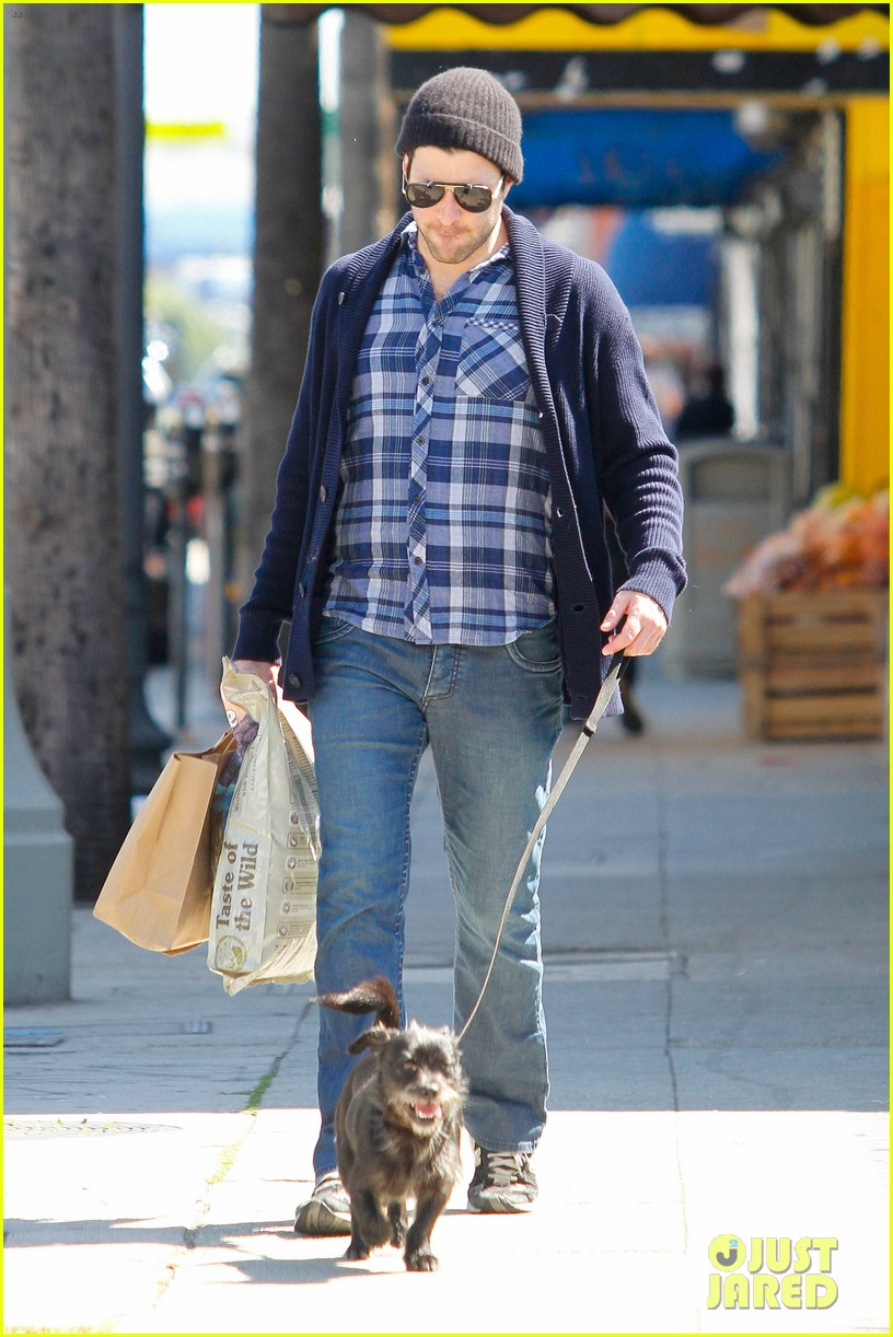 zachary quinto doggie errands 07