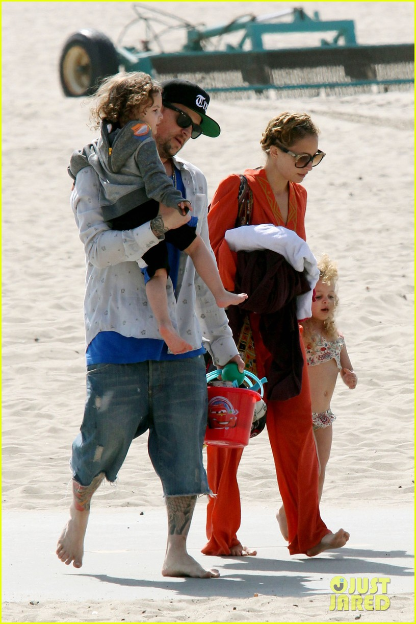 nicole richie family beach day 04