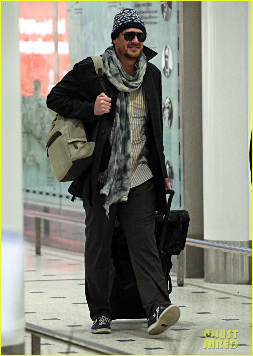 jason segel landing in sydney 08