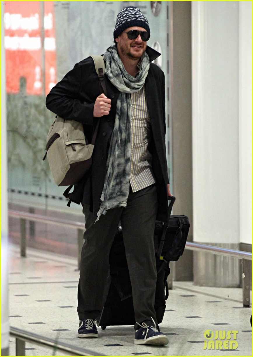 jason segel landing in sydney 09