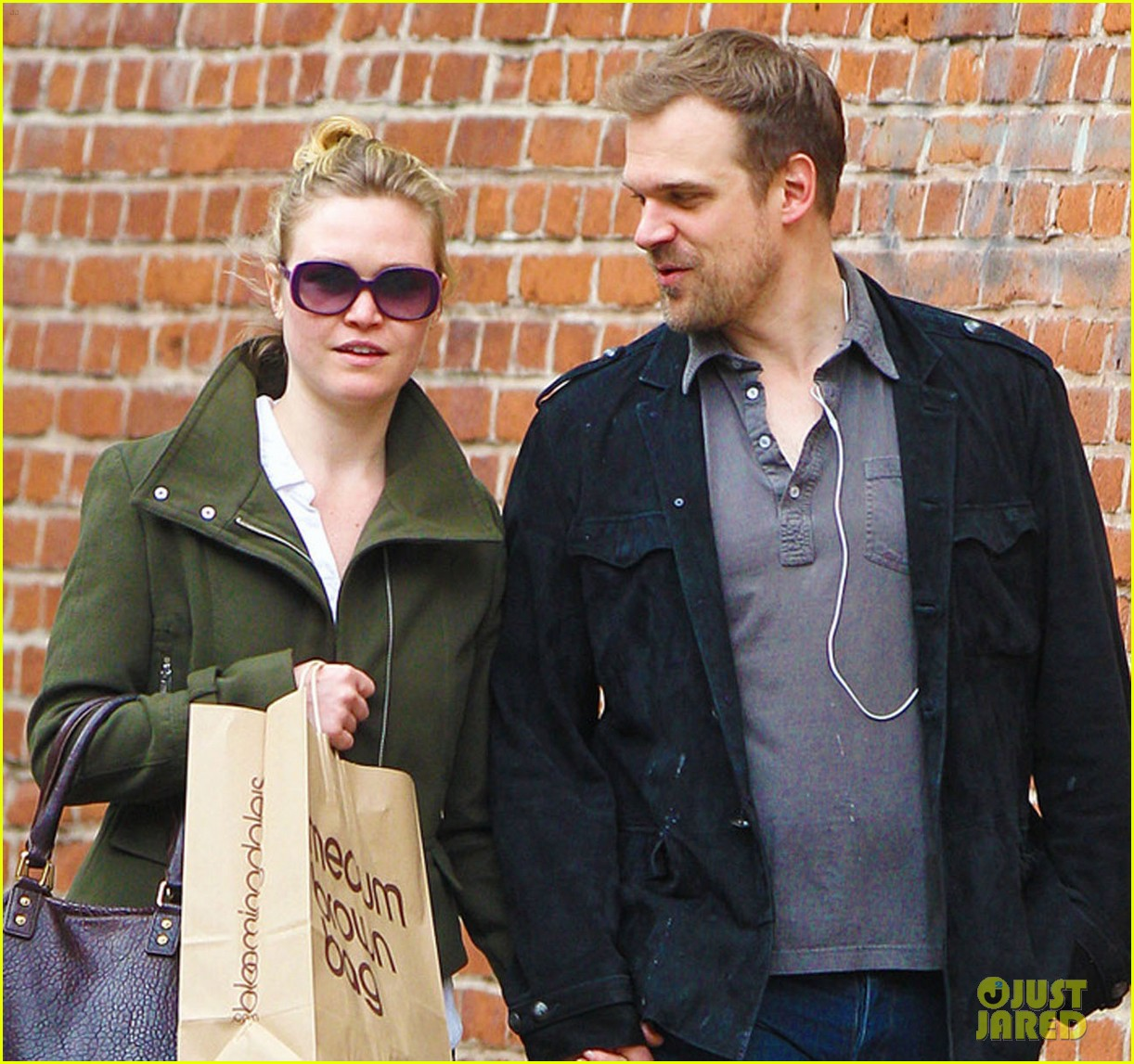 julia stiles david harbour shopping 07