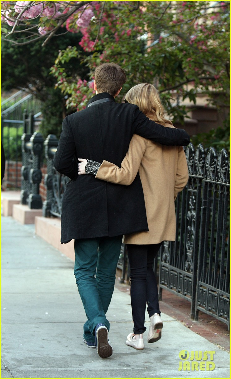 emma stone andrew garfield cuddle close 022648348