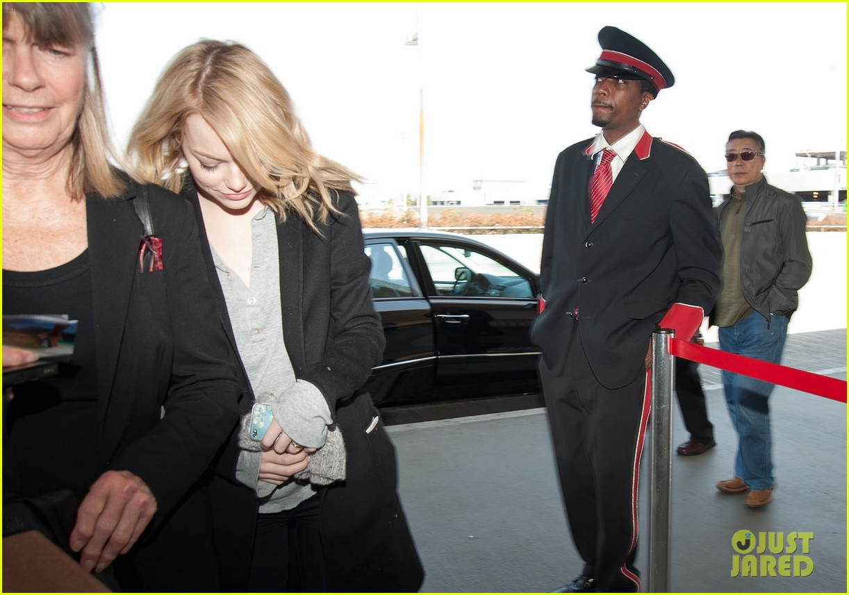 emma stone head down lax 06
