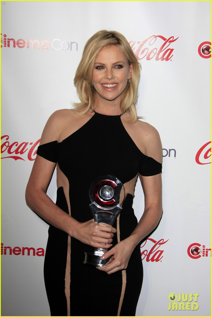 charlize theron jennifer garner cinema con awards 03