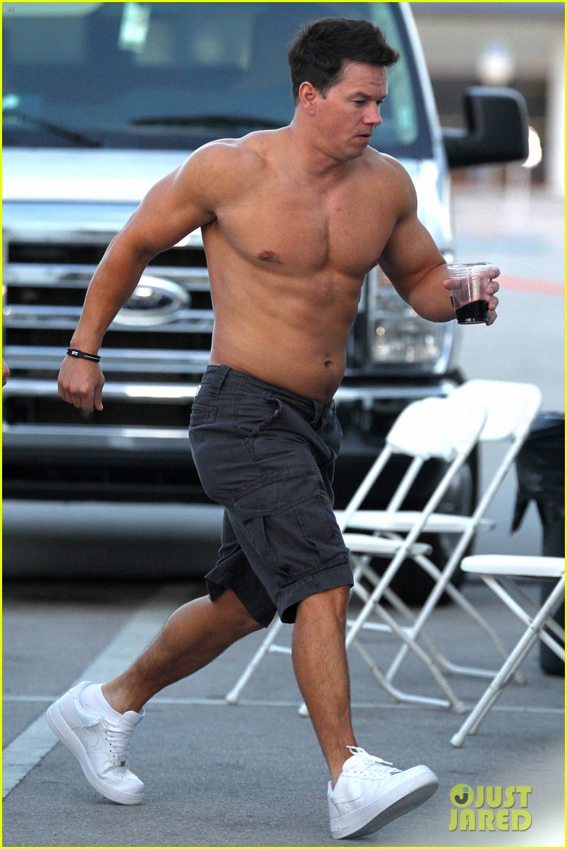 mark wahlberg shirtless break between scenes 01