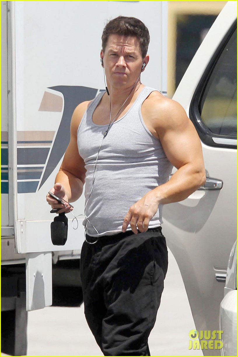 mark wahlberg shirtless break between scenes 03