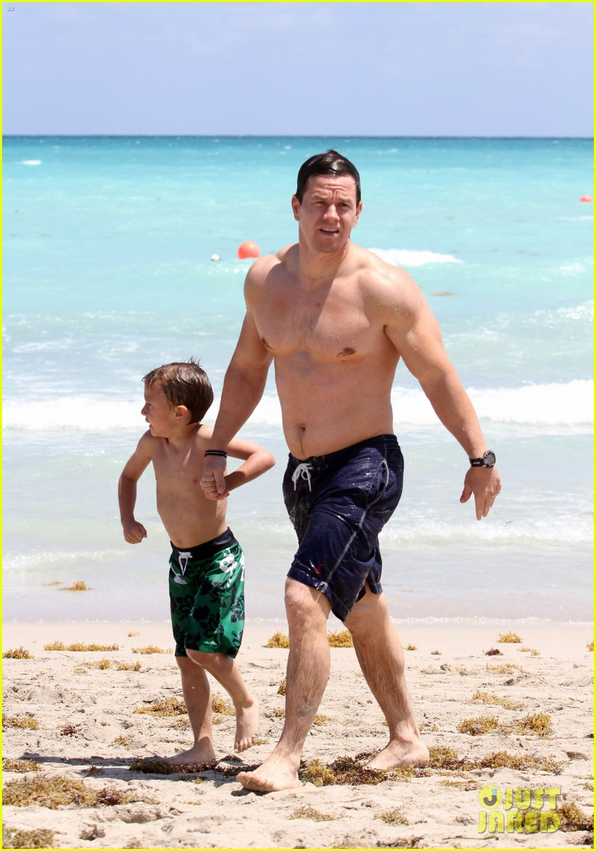 mark wahlberg shirtless in miami with the family 02