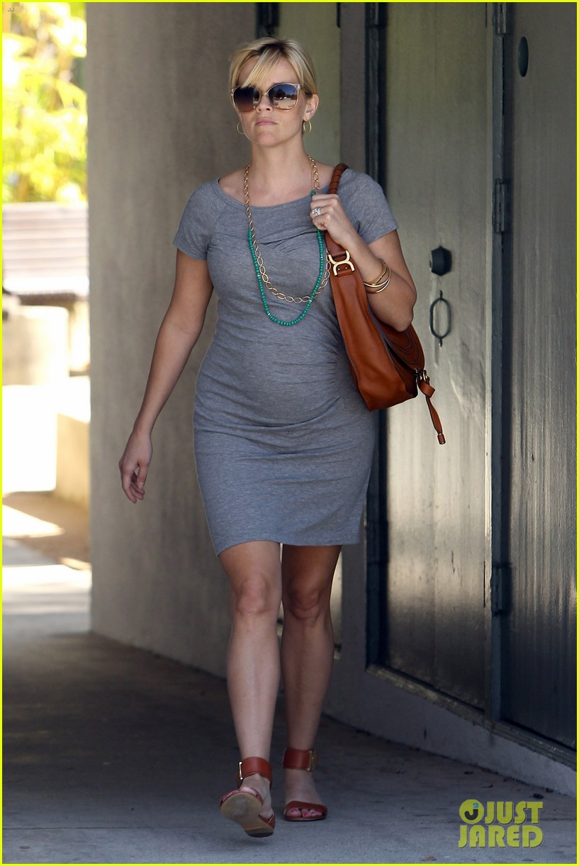 pregnant reese witherspoon office 012650336